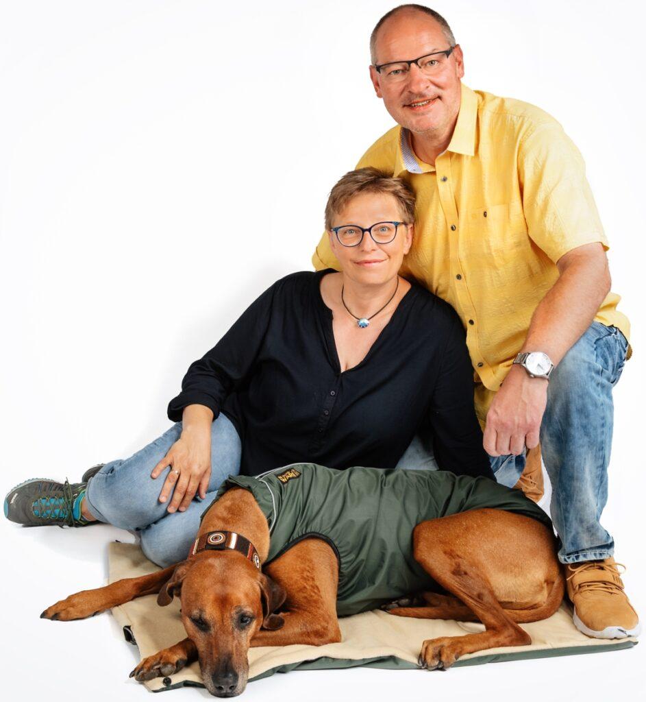 Funktionale Hundebekleidung nach Maß handgemacht für jede Hunderasse. Atmungsaktiv. Wasserdicht bis zu 30.000 mm Wassersäule. Winddicht, warm durch Klimamembran.