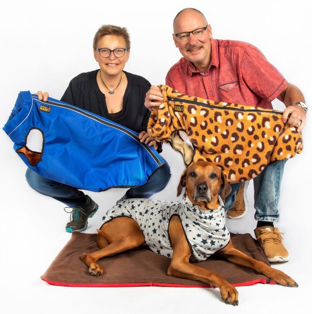RR DOG`s WARE Team Carmen und Jörg Düring GbR mit Model Rhodesian Ridgeback Wilma und Hundemantel nach Maß genäht